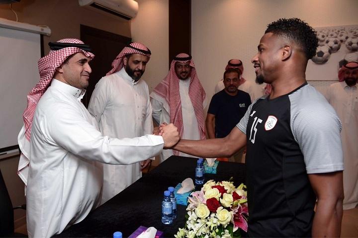 البلطان يُطالب لاعبي الشباب للعودة لمنصات البطولات