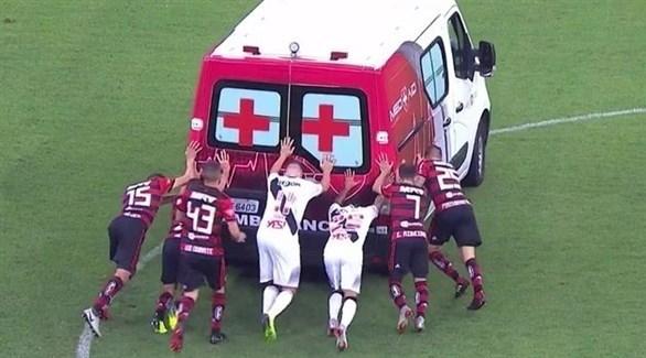 لاعبون ينقذون سيارة إسعاف في الدوري البرازيلي