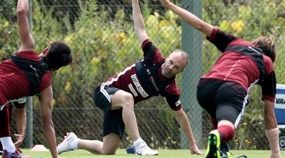 فيسيل كوبي الياباني يوقف لاعباً سرب خبراً عن إنييستا