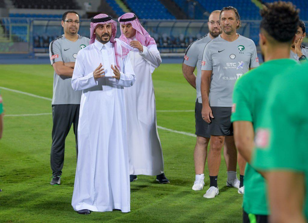 رئيس الاتحاد السعودي يلتقي الجهازين الإداري والفني ولاعبي المنتخب