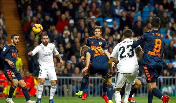 ريال مدريد يعود للتألق بثنائية في شباك فالنسيا