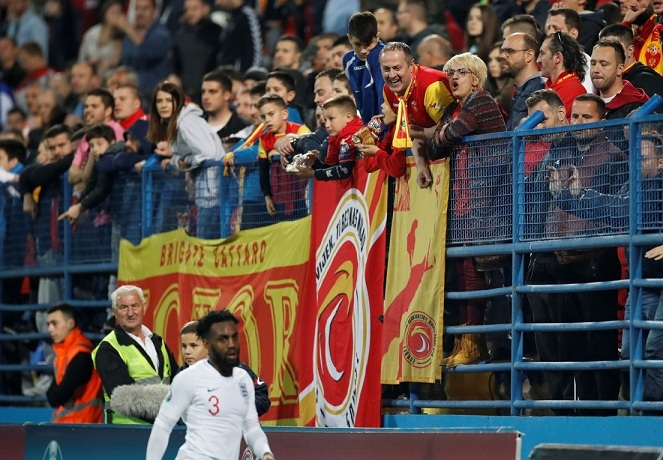 لاعبو إنجلترا مستعدون لترك الملعب عند العنصرية