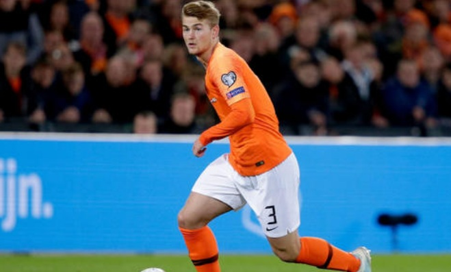 ماتياس دي ليخت يدخل تاريخ منتخب هولندا