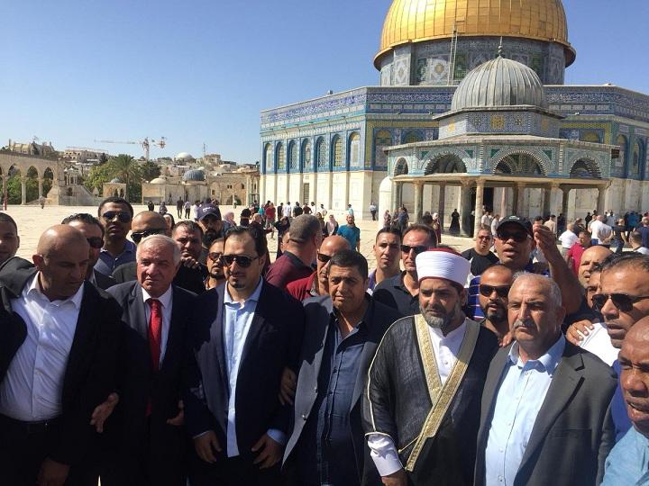وفد من الاتحاد السعودي يزورون المسجد الأقصى ويؤدون الصلاة فيه