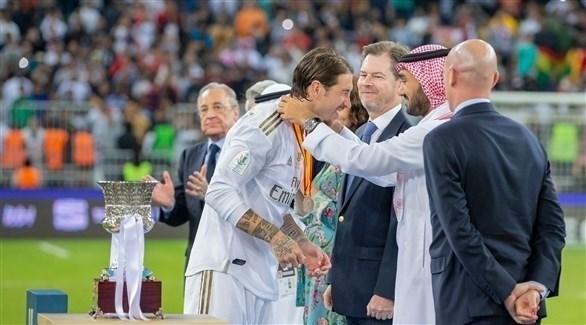 الجماهير السعودية وطرد فالفيردي يسيطران على الصحف الإسبانية