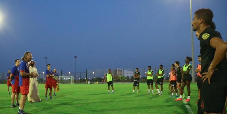 كارينيو يُطالب لاعبي الوحدة ببذل المزيد من الجهود في التدريبات