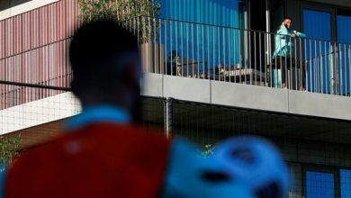Photo of رونالدو يتابع تدريب البرتغال من شرفة غرفته